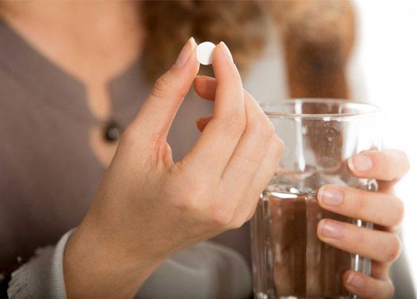 Sử dụng thuốc Medrol cùng với 1 ly nước