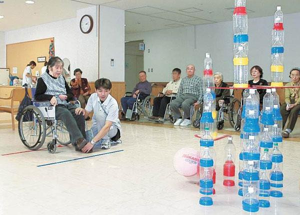 Điều dưỡng hỗ trợ người già tham gia trò chơi